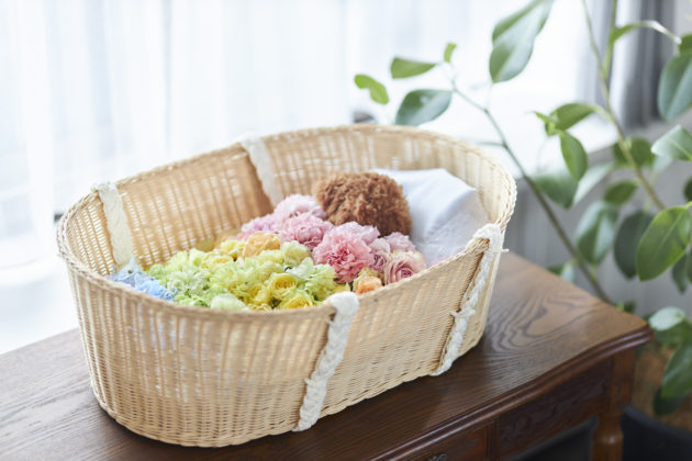 """""""Hibiya-Kadan's pet funeral service"""" offers a set of farewell flowers and a basket coffin. The """"Rainbow Flower Basket"""" is designed in the motif of a rainbow bridge."""